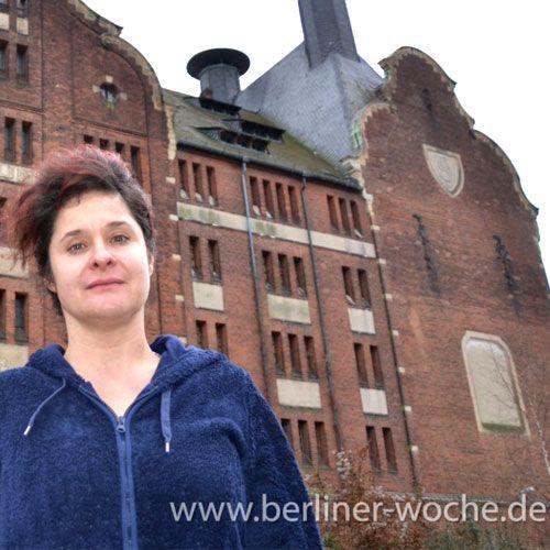 Foto von Alex Benkel-Abeling vor der Alten Mälzerei in Berlin