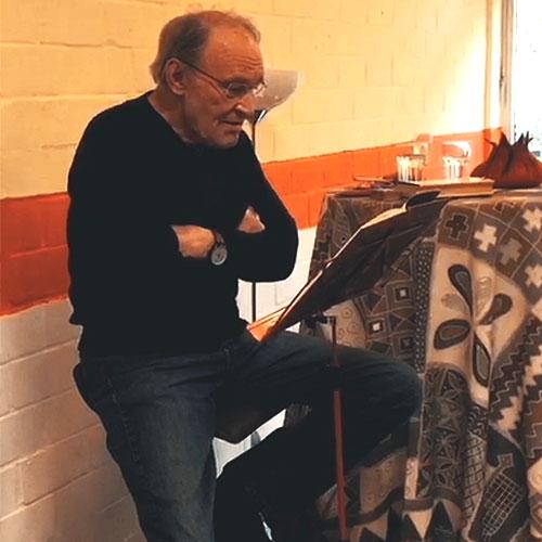 Der Schauspieler Michael Mendl liest aus einem Buch auf einer Veranstaltung des Nachbarschaftszentrums Suppenküche Lichtenrade e.V.