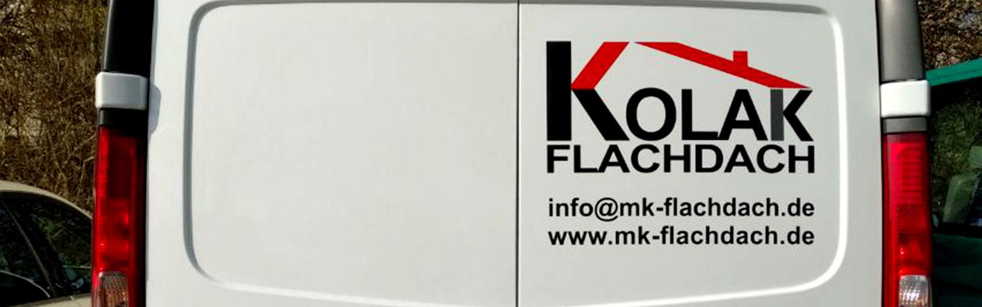 Auto Heck mit Aufdruck des Kolak Flachdach Logos